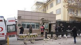Сотрудники службы безопасности стоят рядом со входом в посольство США в Анкаре, 1 февраля 2013 года. Предположительно террорист-смертник привел в действие взрывное устройство перед зданием посольства США в Анкаре, в результате чего погибли два человека, сказал журналистам губернатор провинции Аладдин Юксель. REUTERS/Ihlas News Agency/IHA