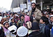 """Manifestantes reúnem-se do lado de fora do aeroporto de Netaji Subhas Chandra Bose para protestar contra o autor britânico Salman Rushdie, em Calcutá. Rushdie acusou autoridades locais indianas de tornar impossível sua visita à cidade de Calcutá para promover a adaptação cinematográfica de seu romance """"Os Filhos da Meia-Noite"""". 30/01/2013 REUTERS/Stringer"""