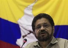 """Un líder de las FARC, cercano al jefe del equipo negociador de esa guerrilla en el diálogo de paz en Cuba, murió en un bombardeo de las Fuerzas Militares de Colombia como parte de la ofensiva del Gobierno ante la escalada de ataques y secuestros de los rebeldes, informó el viernes el ministro de Defensa. El deceso de alias """"Jacobo Arango"""", jefe del quinto frente de las Fuerzas Armadas Revolucionarias de Colombia (FARC), se produjo el jueves en el Nudo de Paramillo, una región montañosa y selvática entre los departamentos de Antioquia y Córdoba. En la imagen, el jefe negociador de las FARC, Iván Márquez, habla a la prensa el 24 de enero de 2013 en La Habana. REUTERS/Enrique De La Osa"""