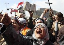 Un grupo de opositores al presidente egipcio, Mohamed Mursi, durante una protesta en la plaza Tahrir en El Cairo, feb 1 2013. Miles de opositores al presidente Mohamed Mursi volvieron a marchar el viernes por las calles de Egipto para exigir su salida del poder, tras las más sangrienta ola de violencia en sus siete meses de Gobierno. REUTERS/Mohamed Abd El Ghany