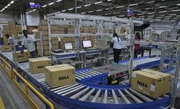Michael Dell, directeur général et fondateur du troisième fabricant mondial de PC Dell, négocie une sortie de Bourse de la société avec ses partenaires pour un montant compris entre 13 et 14 dollars par action, selon des sources proches de la situation. /Photo prise le 2 juin 2011/REUTERS/Babu