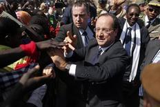 Bain de foule pour François Hollande dans le centre de Tombouctou. Lors d'une visite éclair au Mali, François Hollande a déclaré que le combat engagé pour reconquérir l'intégrité territoriale du Mali contre les groupes islamistes armés n'était pas terminé. /Photo prise le 2 février 2013/REUTERS/Benoît Tessier