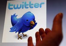 Ilustração do logotipo do website Twitter é visto em um Ipad, em Bordeaux, na França. Hackers anônimos atacaram o Twitter nesta semana e podem ter obtido acesso a senhas e outras informações de até 250 mil contas de usuários, informou o microblog na noite de sexta-feira. 30/01/2013 REUTERS/Regis Duvignau