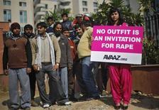 Manifestante segura cartaz durante protesto em frente a tribunal em Nova Délhi. Cinco homens se declararam inocentes neste sábado das acusações de estupro coletivo e assassinato de uma estudante indiana de fisioterapia, em um caso que causou a modificação das leis contra crimes sexuais após protestos devido ao grande número de casos de violência contra a mulher no país. 21/01/2013 REUTERS/Adnan Abidi