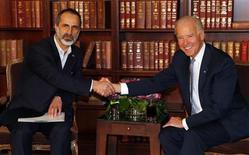 Vice-presidente dos EUA, Joe Biden (D), e o chefe da Coalizão Nacional Síria, Moaz Alkhatib (E), se cumprimentam durante encontro em Munique, na Alemanha, para conversar sobre uma possível chance de superar as divergências sobre como encerrar a guerra civil na Síria. 02/01/2013 REUTERS/Michael Dalder