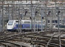 Un TGV assurant la liaison entre Marseille et Nice a été contraint à l'arrêt samedi en périphérie de la cité phocéenne par une vingtaine de jeunes qui ont tenté d'en forcer les portes. Les assaillants ont pris la fuite à l'arrivée de la police. /Photo d'archives/REUTERS/Jean-Paul Pélissier