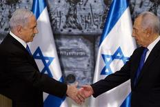 Israeli Prime Minister Benjamin Netanyahu (L) and Israeli President Shimon Peres shake hands at the conclusion of a brief ceremony at the president's residence in Jerusalem February 2, 2013. Israeli President Shimon Peres on Saturday formally asked incumbent Prime Minister Benjamin Netanyahu to form a new governing coalition following the January 22 general election. REUTERS/Jim Hollander/Pool (JERUSALEM - Tags: POLITICS)