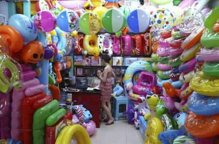 Vendors selling toy buoys wait for their customers at a consumer goods wholesale market in Yiwu, Zhejiang province July 5, 2012. REUTERS/Gabriel Wildau/Files