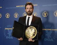 """El actor convertido en director Ben Affleck ganó el máximo galardón de sus compañeros del Sindicato de Directores de EEUU el sábado por la película """"Argo"""", consolidando el estatus de favorito por el drama de los rehenes de Irán para los Oscar. En la imagen, de 2 de febrero, Ben Affleck posa con el premio del Sindicato de Directores que le entregaron en Los Ángeles. REUTERS/Phil McCarten"""