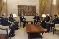 """El presidente sirio, Bashar el Asad, acusó el domingo a Israel de intentar desestabilizar a Siria mediante un ataque a una base de investigación militar en las afueras de Damasco la semana pasada, y dijo que Siria era capaz de hacer frente a """"las actuales amenazas... y a una agresión"""" contra el país. En la imagen, el presidente sirio Bashar el-Asad (centro D) se reúne con el secretario del Consejo Supremo de Seguridad Nacional de Irán, Saeed Jalili (center I), y su delegación en Damasco, el 3 de febrero de 2013, en esta foto difundida por la agencia de noticias estatal siria SANA. REUTERS/Sana"""