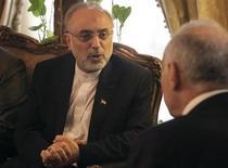 Irán dijo el domingo que estaba abierto a la oferta de EEUU de mantener conversaciones directas sobre su programa nuclear y que seis potencias mundiales habían sugerido una nueva ronda de negociaciones este mes, pero sin comprometerse con ninguna de las propuestas. En la imagen, el ministro de Exteriores iraní, Ali Akbar Salehi (I) conversa con su homólogo egipcio Mohamed Kamel Amr durante su reunión en El Cairo, el 10 de enero de 2013. REUTERS/Asmaa Waguih