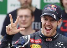 """Pilto de Fórmula 1 da equipe Red Bull, Sebastian Vettel, é visto ao comemorar vitória no GP do Brasil, em novembro. Vettel rejeitou a insinuação de que planeja uma """"dominação mundial"""" na Fórmula 1 no momento em que a campeã Red Bull revela o carro que pode levá-lo ao quarto título mundial consecutivo. 25/11/2013 REUTERS/Paulo Whitaker"""