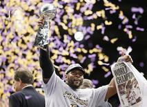 Ray Lewis des Baltimore Ravens avec le trophée Vince Lombardi après la défaite dimanche soir 34-31 des Forty-Niners (49ers) de San Francisco dans l'enceinte du Superdome de La Nouvelle-Orléans, lors du 47 ème Super Bowl, la finale du championnat de football américain NFL. /Photo prise le 3 février 2013/REUTERS/Lucy Nicholson