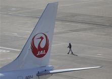 Japan Air Lines (JAL) a annoncé avoir relevé de près de 13% sa prévision de bénéfice opérationnel 2012-2013, une demande soutenue sur ses routes européennes, nord-américaines et sur celles desservant le Sud-Est de l'Asie devant compenser l'effet de l'immobilisation de ses Boeing 787 Dreamliner. /Photo prise le 4 février 2013/REUTERS/Toru Hanai