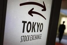 Посетитель проходит мимо логотипа Токийской фондовой биржи 5 ноября 2012 года. Азиатские фондовые рынки завершили торги понедельника разнонаправленно под влиянием местных факторов. REUTERS/Issei Kato