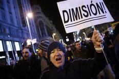 La rentabilidad del bono español a 10 años subía el lunes mientras el PSOE pedía la dimisión del presidente del Gobierno, Mariano Rajoy, por un supuesto escándalo de corrupción. En la imagen, un manifestante pide la dimisión de Rajoy en Madrid el 1 de febrero de 2013. REUTERS/Susana Vera