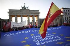 Alemania necesitará un gran aumento del número de inmigrantes cualificados en los próximos años, tanto de dentro como de fuera de la Unión Europea, para hacer frente al envejecimiento de su población, dijo el lunes la OCDE. En la imagen, una bandera de España durante una marcha contra la austeridad y por el empleo ante la puerta de Brandemburgo el 14 de noviembre de 2012. REUTERS/Pawel Kopczynski