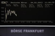 Табло с графиком индекса DAX на Франкфуртской фондовой бирже 4 февраля 2013 года. Европейские акции держатся вблизи многолетних максимумов благодаря росту Уолл-стрит до пятилетнего пика в пятницу. REUTERS/Remote/Janine Eggert
