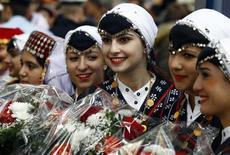 Женщины, одетые в национальные турецкие наряды, ждут поезда из Стамбула на перроне вокзала в Мюнхене в 50-летнюю годовщину соглашения о турецкой трудовой миграции между Германией и Турцией 30 октября 2011. Германии потребуется больше квалифицированных мигрантов в ближайшие годы, как из ЕС, так и из-за его пределов, чтобы компенсировать старение трудоспособного населения, сообщила Организация экономического сотрудничества и развития. REUTERS/Michael Dalder