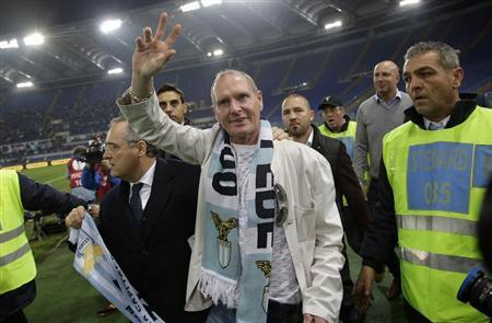 Paul Gascoigne (C) gestures as he is flanked by Lazio's president Claudio Lotito (L) prior to the start of their Europa League match between Tottenham Hotspur and Lazio at the Olympic stadium in Rome in this file photo taken November 22, 2012. REUTERS/Tony Gentile