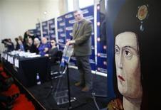 Investigadores británicos dijeron el lunes que un esqueleto con la calavera partida y la columna vertebral torcida enterrado bajo un aparcamiento es el de Ricardo III, resolviendo un misterio de 500 años sobre el lugar final de descanso del último rey inglés en morir en batalla. En la imagen, un retrato del rey Ricardo III durante una conferencia de prensa en Leicester, en el centro de Inglaterra, el 4 de febrero de 2013. REUTERS/Darren Staples
