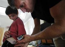 El número de casos de diabetes tipo 1 que requieren insulina creció abruptamente en niños menores de cinco años en Filadelfia a lo largo de dos décadas, y se han visto paralelismos en Estados Unidos y en Europa, según un estudio estadounidense. En la imagen de archivo, un padre enseña a su hijo el equipo de insulina para tratar su diabetes tipo en su casa de Acton, Massachusetts, el 23 de julio de 2011. REUTERS/Brian Snyder