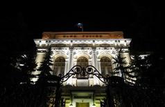 Вид на здание Банка России в Москве 8 декабря 2011 года. Скромные темпы роста экономики РФ в последнем квартале 2012 года могут повлечь преждевременное снижение ставок Банком России уже на февральском заседании, полагают аналитики Райффайзенбанка. REUTERS/Denis Sinyakov
