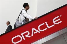 Oracle à suivre sur les marchés américains, après le rachat de l'équipementier réseaux ACME PACKET pour environ 1,9 milliard de dollars. /Photo prise le 1er octobre 2012/REUTERS/Stephen Lam