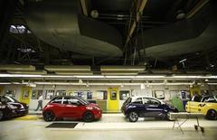 Les ventes de voitures neuves ont reculé de 8,5% en janvier en Allemagne, à 192.000 unités, a annoncé lundi la fédération d'importateurs VDIK. Cette dernière note toutefois que la demande pourrait reprendre dans les prochaines semaines à mesure que l'activité du pays rebondit après la contraction accusée sur les trois derniers mois de l'année. /Photo prise le 10 janvier 2013/REUTERS/Lisi Niesner