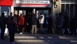 Un grupo de personas frente a una oficina estatal de empleo en Madrid, feb 4 2013. El desempleo registrado en España subió en enero a un nuevo récord en medio de la profunda debilidad económica del país, que golpea con particular fuerza a su mercado laboral, según cifras divulgadas el lunes por el Ministerio de Empleo. REUTERS/Sergio Perez