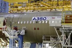 Air Lease Corporation, société de leasing aéronautique basée à Los Angeles, a commandé 25 exemplaires du nouveau long-courrier Airbus A350 XWB, dont 20 dans sa version A350-900 et cinq dans la version A350-1000. /Photo d'archives/REUTERS/Jean-Philippe Arles