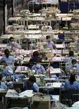 Imagen de archivo de un grupo de obreros en una fábrica textil en Bogotá, dic 16 2009. El crecimiento económico de Colombia superará levemente el 4,4 por ciento en el 2013, mientras que la inflación se mantendrá dentro del rango meta oficial del banco central, dijo el lunes el Fondo Monetario Internacional (FMI), aunque sostuvo que el país sigue siendo vulnerable a impactos externos. REUTERS/John Vizcaino