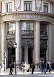 El nacionalizado Banco de Valencia incurrió en unas pérdidas de 3.600 millones de euros en 2012, frente a números rojos de 887 millones un año antes, dijo el lunes la entidad todavía administrada por el Estado a través del Fondo de Reestructuración Bancaria Ordenada (FROB). En esta imagen de archivo, gente en la sede de Banco de Valencia en valencia, el 28 de noviembre de 2012. REUTERS/Heino Kalis