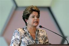 """Imagen de archivo de la presidenta de Brasil, Dilma Rousseff, durante un evento con alcaldes en Brasilia, ene 28 2013. La presidenta de Brasil, Dilma Rousseff, considera que la actividad política ha sido """"vilipendiada"""" y dirá en su mensaje anual al Congreso este lunes que reconoce el """"papel imprescindible"""" del Parlamento. REUTERS/Ueslei Marcelino"""
