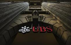 Логотип швейцарского банка UBS на здании в Цюрихе 19 декабря 2012 года. Убыток банка UBS в четвертом квартале достиг 1,89 миллиарда швейцарских франков из-за штрафа и расходов на реструктуризацию. REUTERS/Michael Buholzer