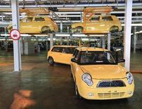 Сотрудник проверяет продукцию завода Derways в Черкесске 7 сентября 2011 года. Автозаводы РФ увеличили производство легковых автомобилей в 2012 году на 12,9 процента до 1,969 миллиона штук, сообщила аналитическая компания АСМ-Холдинг во вторник. REUTERS/Eduard Korniyenko