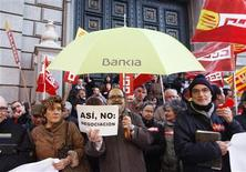 Los representantes de los trabajadores de la nacionalizada Bankia han desconvocado la huelga que estaba prevista para este miércoles ante los avances en la negociación sobre el recorte de plantilla planteado por la entidad, dijo el martes Comisiones Obreras. En la imagen, varios trabajadores de Bankia protestan por los posibles recortes en la entidad, en la Plaza de Cataluña de Barcelona el 9 de enero de 2013. REUTERS/Gustau Nacarino