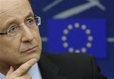 """François Hollande a déclaré mardi que l'Europe devait se fixer un objectif à moyen terme pour le niveau de l'euro afin de prévenir des mouvements """"irrationnels"""" comme la hausse actuelle de la monnaie unique qui menace la reprise économique de la zone euro. /Photo prise le 5 février 2013/REUTERS/Christian Hartmann"""