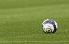 La police de Singapour a dit mardi qu'elle collaborait avec ses homologues européennes dans le cadre de l'enquête sur un vaste réseau de corruption accusé d'avoir truqué des centaines de matches de football. /Photo d'archives/REUTERS/Régis Duvignau