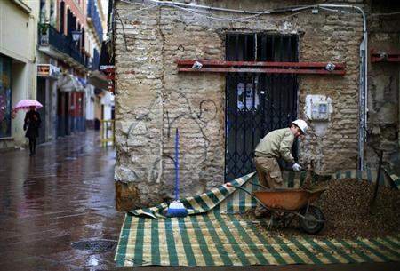A labourer works at a construction site in the Andalusian capital of Seville January 24, 2013. REUTERS/Marcelo del Pozo
