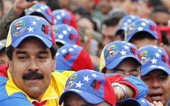 El vicepresidente de Venezuela, Nicolás Maduro, durante un desfile en conmemoración del vigésimo primer aniversario del intento de golpe de Estado de Hugo Chávez en Caracas, feb 4 2013. Llenar los zapatos del tan carismático como controvertido mandatario Hugo Chávez se está convirtiendo en una cruzada para el vicepresidente de Venezuela. REUTERS/Carlos Garcia Rawlins