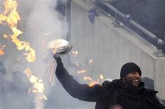 Super Bowl XLVII champion Baltimore Ravens linebacker Ray Lewis, who is retiring from the NFL, carries in the Vince Lombardi Championship Trophy at a team and fan rally in Baltimore February 5, 2013. REUTERS/Gary Cameron