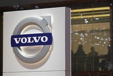 Volvo a subi au quatrième trimestre une baisse du bénéfice plus importante que prévu et dit mercredi qu'il continuait à prévoir une stagnation de la demande cette année en Europe et en Amérique du Nord, alors qu'il a au contraire relevé sa prévision sur le marché brésilien. /Photo d'archives/REUTERS/Denis Balibouse