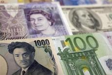 Банкноты китайского юаня, японской иены, американского доллара, евро, британского фунта в Варшаве 26 января 2011 года. Курс иены упал до 33-месячных минимумов к доллару и евро на фоне сообщения о досрочной отставке управляющего центробанком Японии. REUTERS/Kacper Pempel
