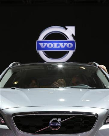 People sit in a Volvo V40 car on media day at the Paris Mondial de l'Automobile, September 28, 2012. The Paris auto show opens its doors to the public from September 29 to October 14. REUTERS/Christian Hartmann (FRANCE - Tags: TRANSPORT BUSINESS