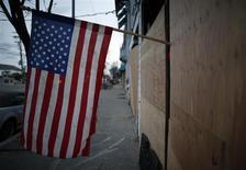 Le déficit budgétaire américain repassera cette année sous la barre des 1.000 milliards de dollars, pour la première fois depuis l'arrivée au pouvoir de Barack Obama, selon des projections publiées mardi par le Congressional Budget Office (CBO) qui met toutefois en garde contre la montée de la dette publique. /Photo prise le 15 novembre 2012/REUTERS/Chip East