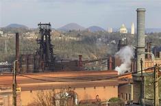 ArcelorMittal, la mayor siderúrgica del mundo, pronosticó una mejoría en la demanda y las ganancias este año después de un pésimo 2012 en el que un declive del consumo europeo y una desaceleración en China lo llevaron a unas profundas pérdidas netas. En la imagen, vista de los hornos de ArcelorMittal en Ougree, cerca de Liege, el 28 de enero de 2013. REUTERS/Yves Herman