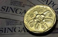 Монета в один сингапурский доллар 13 апреля 2010 года. Несмотря на разговоры о конкурентной девальвации и опасения по поводу чрезмерной слабости иены, азиатские валюты немного вырастут в 2013 году против американского доллара благодаря быстрому экономическому росту и притоку капитала, показал опрос Рейтер. REUTERS/Tim Chong
