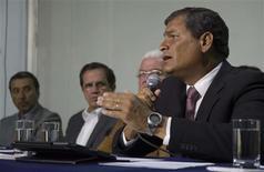 Presidente do Equador, Rafael Correa, fala com a imprensa durante coletiva, em Quito. Um ataque com arma branca que causou a morte de partidários do governo do Equador foi realizado por um homem sob influência de álcool e drogas e não teve motivações políticas, afirmou na terça-feira o presidente Rafael Correa. 06/02/2013 REUTERS/Gary Granja