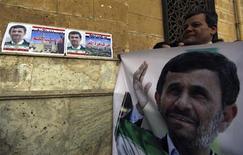 El presidente Mahmud Ahmadineyad, en la primera visita de un líder iraní a El Cairo en más de tres décadas, pidió una alianza estratégica con Egipto y dijo que había ofrecido un préstamo al país árabe pero que obtuvo una respuesta fría. En la imagen, un hombre con una pancarta de Ahmadineyad en El Cairo el 5 de febrero de 2013. REUTERS/Amr Abdallah Dalsh